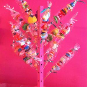 Les brochettes et cornets en bonbons.